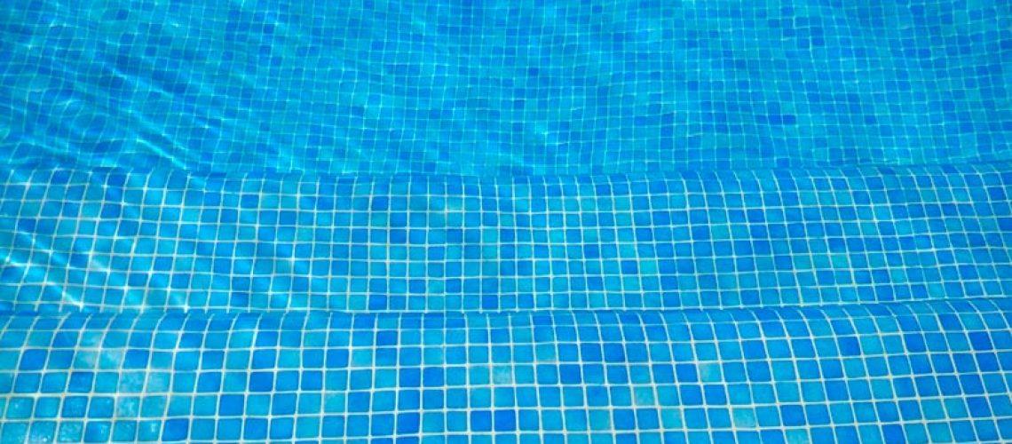como eliminar agua turbia de piscina